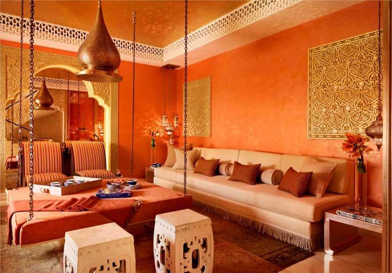 Phong cách mới cho phòng khách biệt thự hòa quyện với thiên nhiên chính giữa phòng khách biệt thự tone màu cam chủ đạo