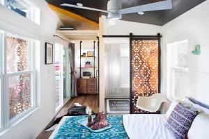 Phòng ngủ nổi bật với chăn gối đều bằng thổ cẩm và cửa sổ đồng bộ hoa văn