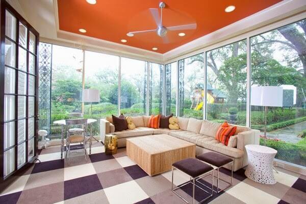 Sơn trần nhà đẹp với màu vàng cam cho phòng khách ấn tượng hơn