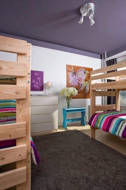Tạo cảm giác căn phòng cao hơn với trần nhà màu tím, cũng là màu sơn trần nhà đẹp.