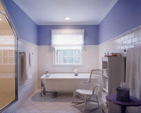 Lựa chọn màu sơn hợp cho ngôi nhà mới với tím-trắng tạo cảm giác sạch sẽ cho phòng tắm