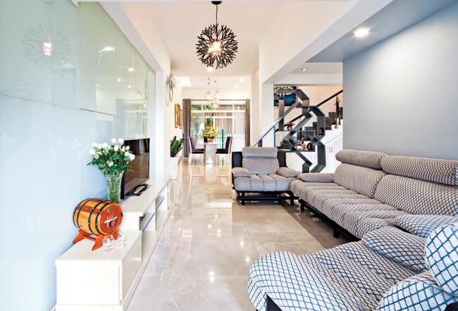 Phòng khách rộng hơn sau khi Sử nhà cải tạo căn hộ có sẵn