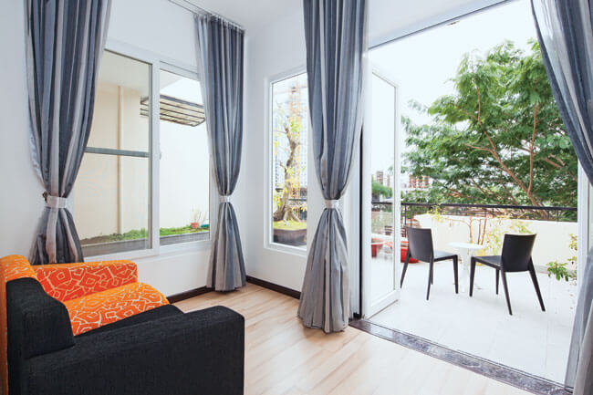 Phòng giải trí sau khi Sửa nhà cải tạo căn hộ có sẵn thoáng đãng và gần gũi với thiên nhiên hơn