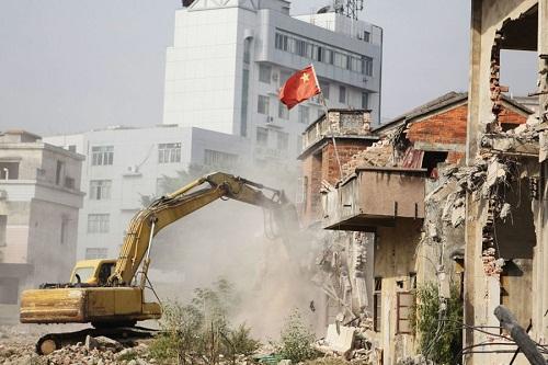 Phá dỡ nhà cũ bằng máy móc hiện đại