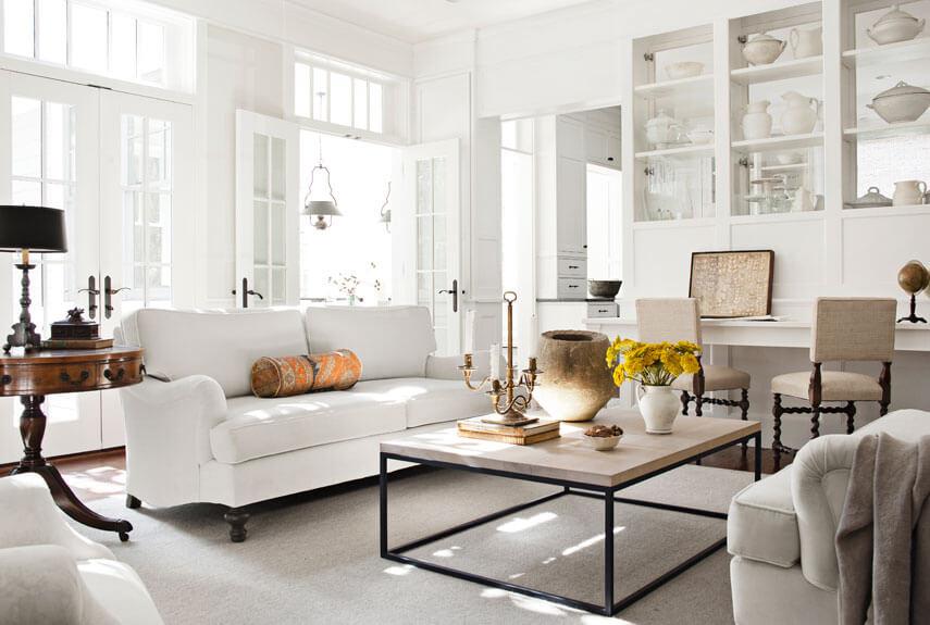 Sửa chữa căn hộ với phòng khách gam màu sáng kết hợp đồ nội thất làm điểm nhấn giúp căn phòng cảm giác rộng hơn
