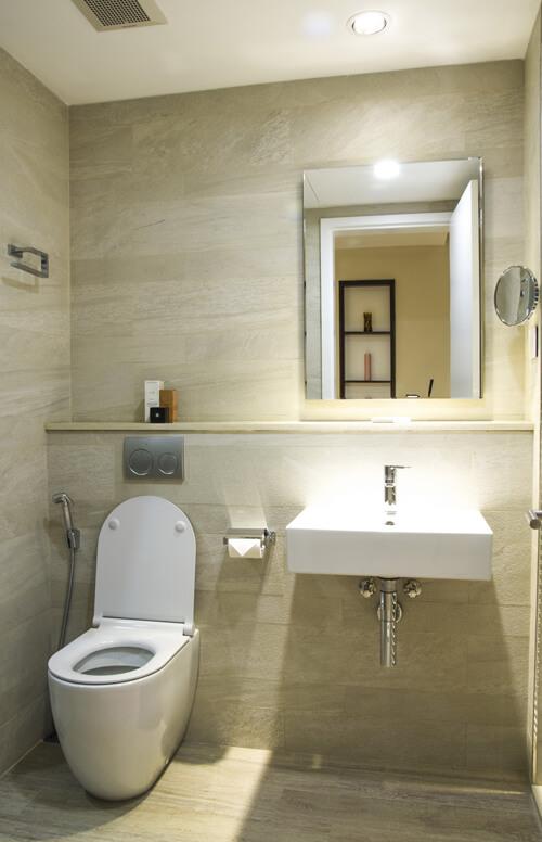 Phòng vệ sinh không có tủ kệ mà dùng thành tường làm nơi để đồ sau khi cải tạo căn hộ chung cư.