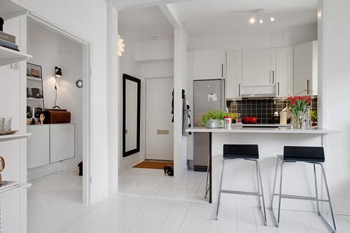 Phòng khách và bếp được ngăn cách bằng một quầy bar nhỏ.