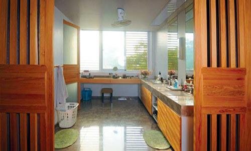 Căn bếp thoáng đãng đầy ấn tượng trong mẫu thiết kế nhà với nội thất tối giản này.