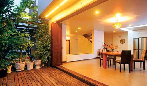 Cửa xếp lùa nối liền không gian trong và ngoài, trong thiết kế nhà đẹp.