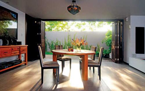 Phòng ăn trong mẫu thiết kế nhà đẹp, nhìn thẳng ra vườn, tràn ngập nắng gió.