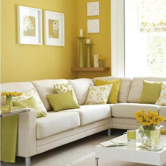 Phòng khách sơn màu vàng, ấm áp, gần gũi đầy sang trọng.