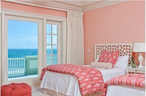 Sơn phòng ngủ màu hồng cam nhạt này là sự đối lập hoàn hảo với quang cảnh bên ngoài cửa sổ.