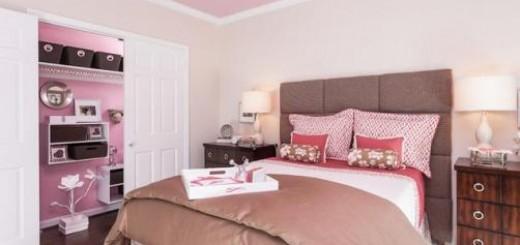 Sơn phòng ngủ màu hồng, với trần nhà và tủ quần áo màu hồng khi mở ra, tạo cảm giác ấm áp cho căn phòng.