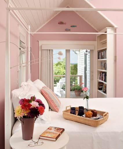 Căn phòng ngủ sơn màu hồng phấn mang vẻ đẹp mềm mại và tinh tế cho người trưởng thành. Với nhiều gỗ sơn trắng mang lại sự thoải mái mà vẫn quyến rũ.