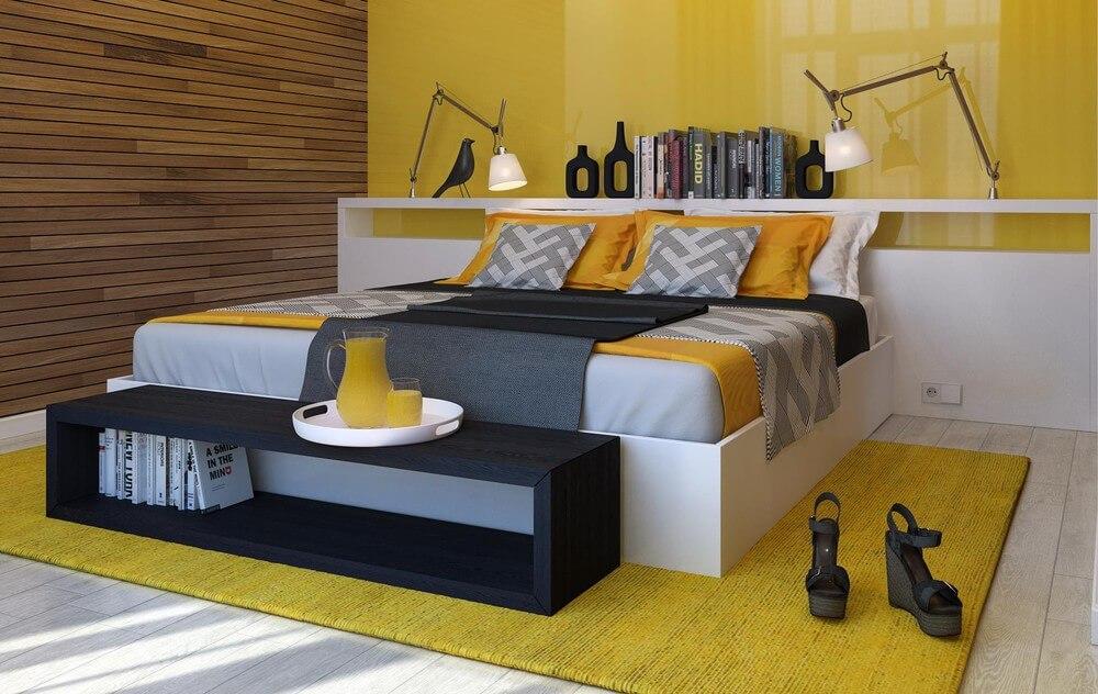Phòng ngủ với mảng tường màu vàng nổi bật, ấn tượng.