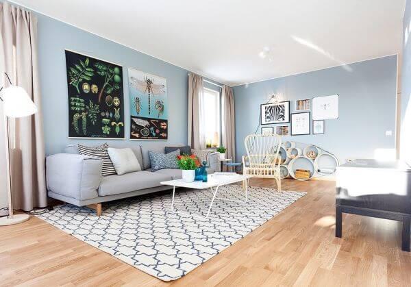 Pha trộn sơn nhà đẹp cho phòng khách với gam màu xanh dương nhạt, làm nổi bật căn phòng.
