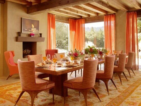 Sơn nhà màu sắc cho phòng ăn tông màu cam với bộ bàn ghế đẹp mắt, có thêm ánh sáng thoáng đãng khí trời sẽ là nơi khiến các thành viên gia đình với những bữa cơm ấm áp cùng nhau.