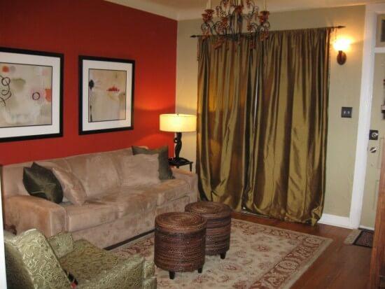 Sơn nhà với mảng tường màu cam, nổi bật với nền tường màu trắng.