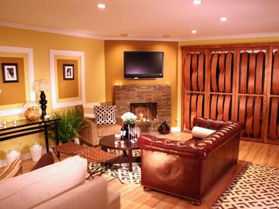 Sơn nhà với sắc cam bức tường kết hợp với nội thất màu nâu gỗ làm điểm nhấn, đầy ấm áp cho căn phòng.