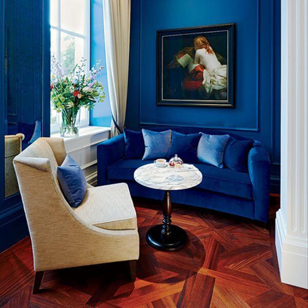 Tông màu sơn nhà đẹp màu xanh đậm làm chủ đạo, căn phòng có cảm giác tĩnh tại.
