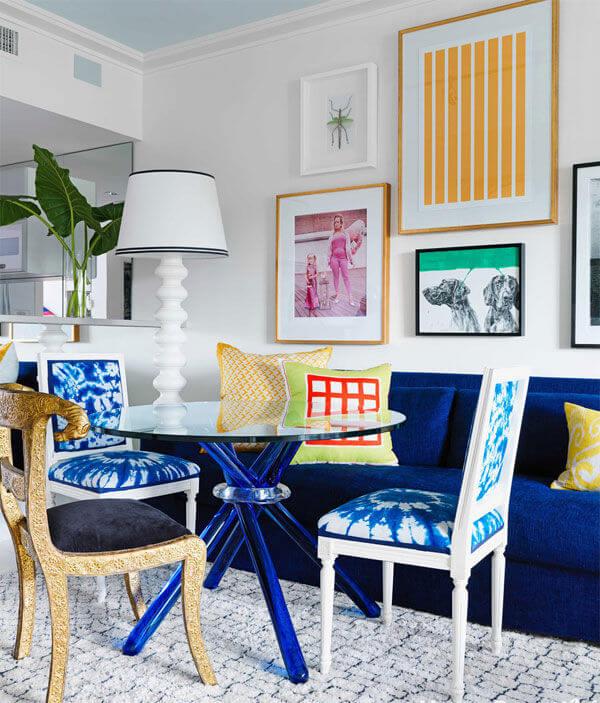 Sơn nhà đẹp phối hợp ăn ý với gam màu trắng - xanh dương nhạt và các gam màu nóng.