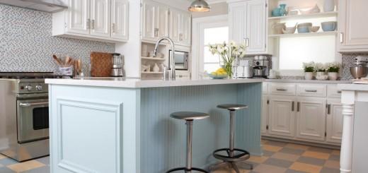 Phòng bếp đẹp sơn màu trắng tinh khôi cùng màu xanh pastel nhẹ nhàng kết hợp với sàn nhà kẻ ô vuông cam - xanh tạo nên sự giản dị mà đẹp mắt.