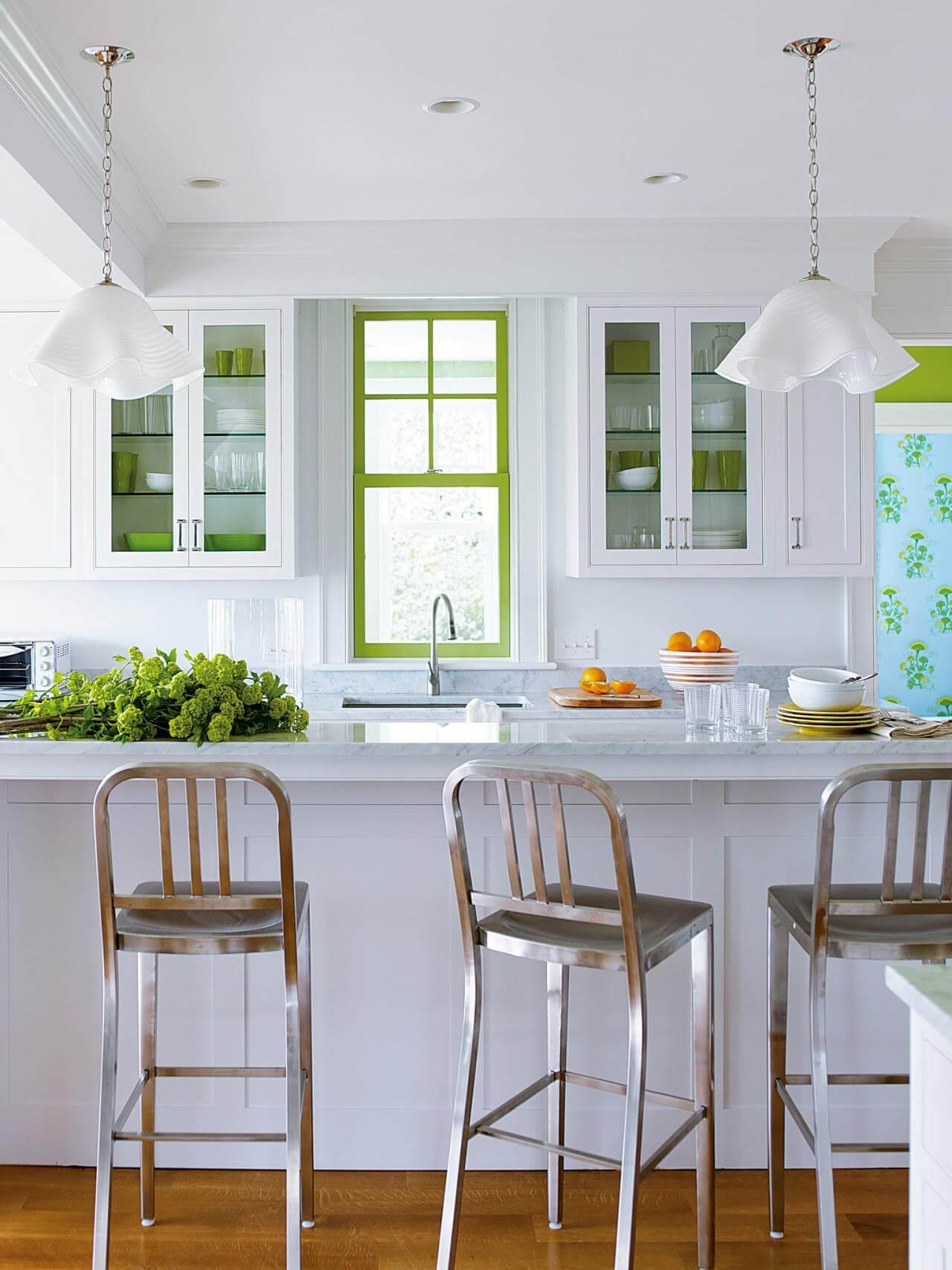 Sơn phòng bếp đẹp, không cầu kỳ tạo những bảng màu lớn hay nhiều bảng màu, kết hợp màu xanh khung cửa, chi tiết nhỏ nhưng đủ tạo cá tính cho phòng bếp.