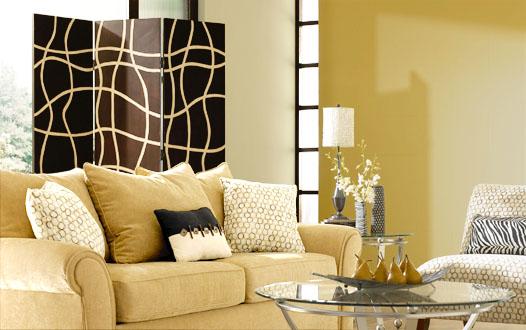 Sơn phòng khách màu vàng với màu tương đối trầm như màu nâu nhạt, màu trắng, hoặc xanh dương.