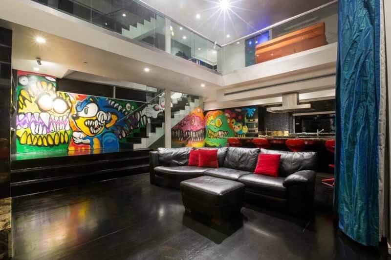 Phòng khách rộng thoáng với những hình vẽ đáng sợ, đầy cá tính trong mẫu thiết kế nhà, ấn tượng.
