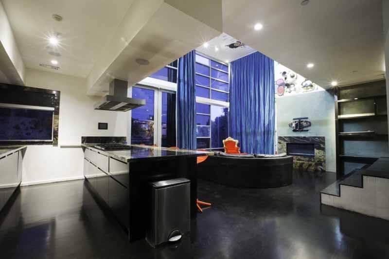 Nhà bếp với sàn và hệ thống tủ màu đen trong mẫu thiết kế nhà này đầy cá tính.