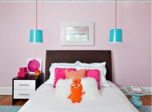 Sơn phòng ngủ màu hồng tươi trẻ gồm tím hồng trên tường kết hợp với màu xanh dương mát mẻ, cam và màu hồng nóng.