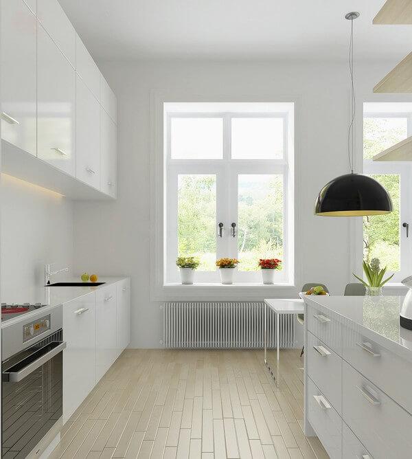 Không gian bếp hướng ra phía cửa sổ với đồ nội thất gọn gàng sạch sẽ, sau cải tạo căn hộ.