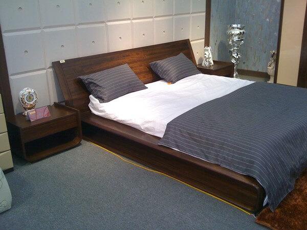 Phòng ngủ nhỏ sử dụng giường phản bệt tạo không gian rông rãi hơn sau khi cải tạo căn hộ.