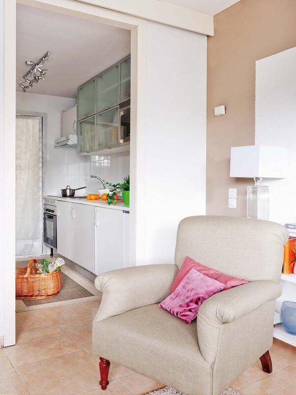 Phòng bếp được lựa chọn màu trắng nhằm tăng thêm ánh sáng và độ rộng thoáng, sạch sẽ cho không gian, sau khi cải tạo căn hộ.