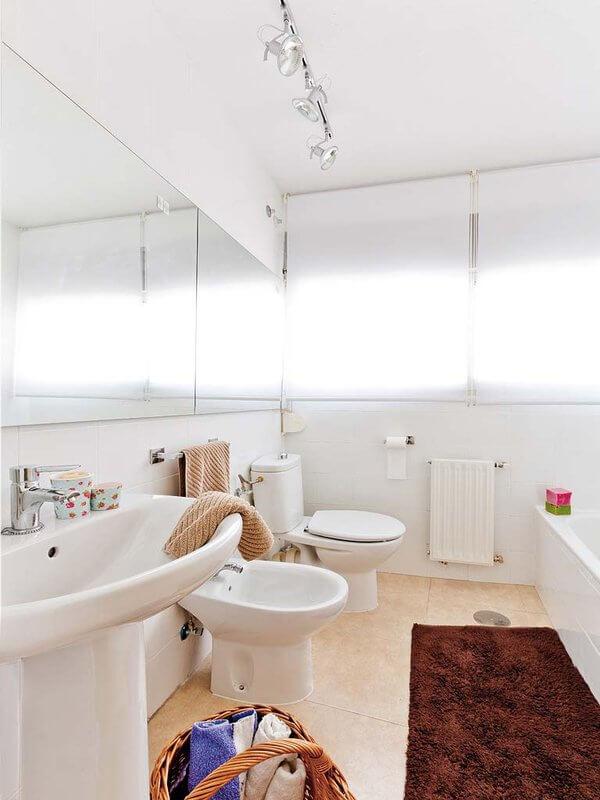 Cải tạo căn hộ với không gian tắm táp, thư giãn của cả gia đình được bố trí khá gọn gàng và 'tươm tất' với tông trắng làm màu nền.