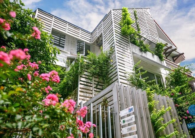 Mặt tiền ngôi nhà sửa chữa cải tạo thành một văn phòng thiết kế, nơi thể hiện tính nghệ thuật. Ngôi nhà là một không gian sáng tạo, ấn tượng.