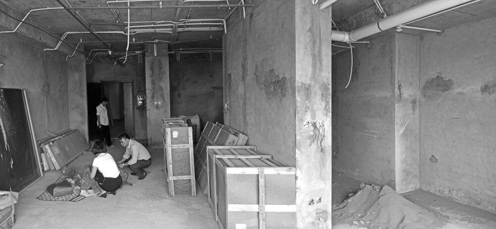 Hiện trạng trước sửa chữa nhà với cột lớn và vách tường ngăn giữa phòng khách và bếp