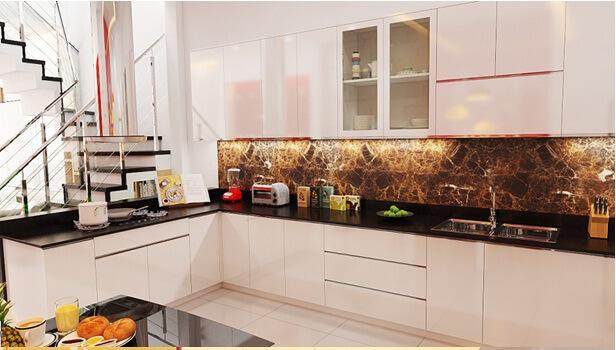 Trong mẫu nhà đẹp này, toàn bộ không gian phòng khách và bếp đều sử dụng gam màu trắng nhưng được nhấn nhá bằng những mảng màu đỏ, cam rất hợp với nữ chủ nhà mạng Hỏa