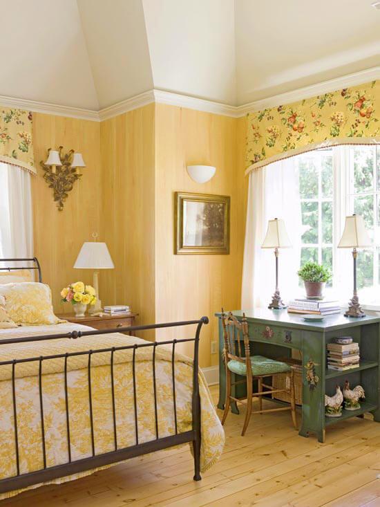 Màu sơn phòng ngủ với sắc vàng quý phái khiến căn phòng như bừng sáng.