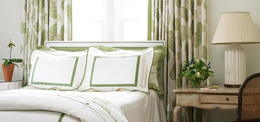 Phòng ngủ với tông trắng chủ đạo, kết hợp xanh dương rèm, giường màu sắc trang nhã,tinh tế, một trong những màu sơn đẹp.
