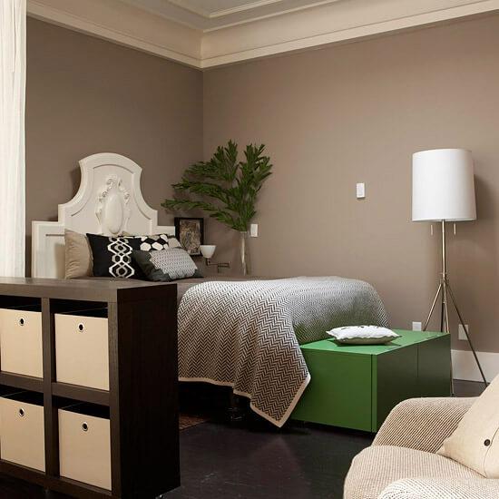Phòng ngủ sơn màu đẹp với tông màu trắng xám đầy ấn tượng.