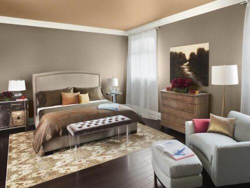 Màu sơn phòng ngủ này đơn giản với sắc nâu và ghi xám, vài chi tiết nhỏ như rèm cửa hay hoa sẽ khiến không gian nhẹ nhàng hơn.