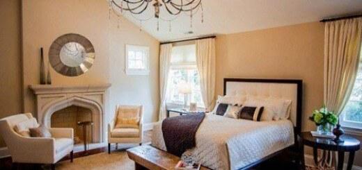 Tông màu sơn phòng ngủ, be chủ đạo cùng chiếc đèn chùm lộng lẫy khiến phòng trông sang trọng như ở khách sạn.