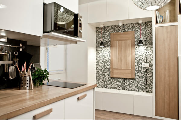 Bếp siêu nhỏ, trong mẫu thiết kế căn hộ nhỏ, đơn giản nhưng đầy đủ. Cách thiết kế thông minh như tích hợp lò vi sóng vào ngăn tủ bếp giúp góc nấu nướng nhỏ vẫn đầy đủ tiện nghi.