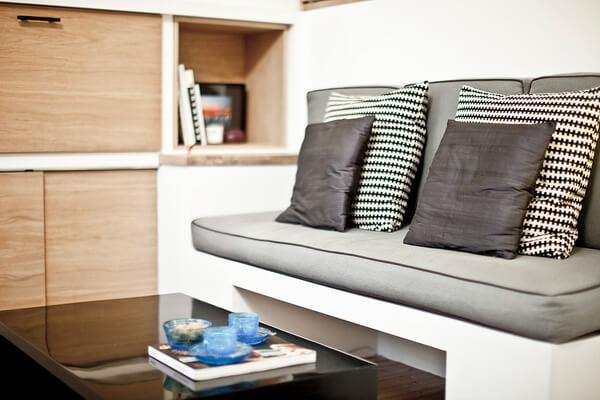 Mẫu thiết kế căn hộ nhỏ với không gian bàn nước thiết kế ẩn, vừa tiện lợi, vừa hợp lý cho nhà nhỏ này.