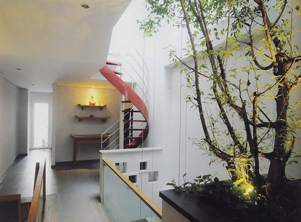 Mẫu thiết kế nhà hai tầng với khoảng thông tầng có thể trồng cây để tạo cảnh quan.