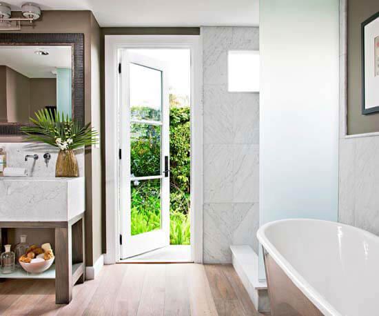Sắc trắng trong mẫu thiết kế phòng tắm này giúp phòng tắm nhỏ thêm rộng, thoáng sáng.