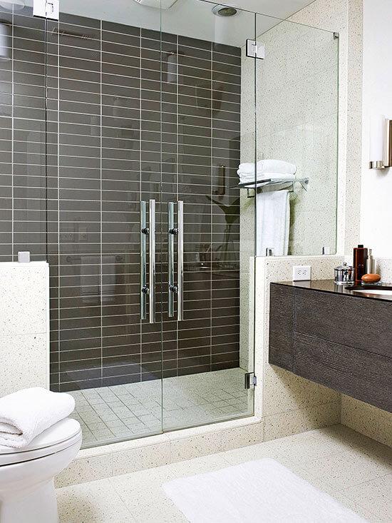 Vách ngăn trong suốt trong mẫu thiết kế phòng tắm này giúp phòng tắm thêm rộng, ấn tượng.