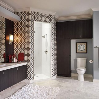 Trong mẫu thiết kế phòng tắm này, tông trắng chủ đạo khiến không gian phòng tắm luôn sáng và sạch sẽ.