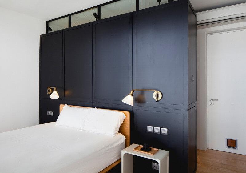 Phòng ngủ nhỏ với hai màu sơn nhà đen - trắng nổi bật